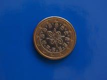 1 moneda euro, unión europea, Portugal sobre azul Fotos de archivo