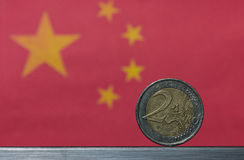 Moneda euro y bandera china Foto de archivo