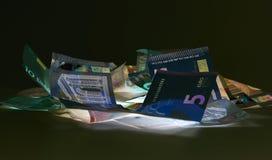 Moneda euro y x28; billetes de banco y x29; en la protección de la luz UV Fotografía de archivo