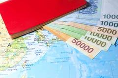 Moneda ganada surcoreana en mapa con el pasaporte Imagenes de archivo