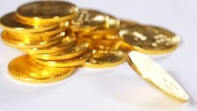 Moneda giratoria de la cámara lenta del sistema de pago de Bitcoin contra montón