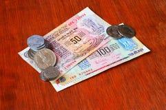 Moneda india de veinte Paise, de 25 Paise, de 2 rupias, de 5 rupias, de 50 rupias y de 100 rupias vieja imagen de archivo libre de regalías