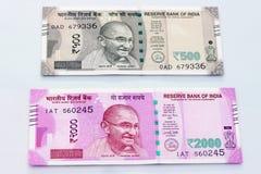 Moneda india de 500 y 2000 notas de la rupia Fotos de archivo