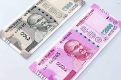 Moneda india de 500 y 2000 notas de la rupia Imágenes de archivo libres de regalías