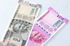Moneda india de 500 y 2000 notas de la rupia Imagenes de archivo