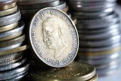Moneda india sucia vieja del dinero en circulación con Gandhi foto de archivo