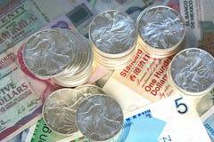 Moneda internacional y plata del libery que camina Imagen de archivo libre de regalías