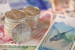 Moneda internacional y plata del libery que camina Fotos de archivo libres de regalías