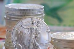 Moneda internacional y plata del libery que camina Fotografía de archivo