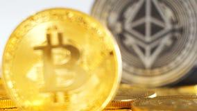Moneda macra que pertenece a Bitcoin delante del modelo de Ethereum almacen de metraje de vídeo