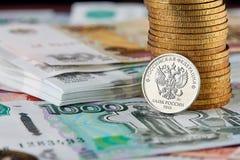 Moneda rusa, monedas de las pilas y billetes de banco Imagenes de archivo