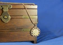 Moneda soberana del oro como colgante de la mujer en la actual caja de madera Fotografía de archivo libre de regalías