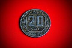 Moneda soviética del vintage en fondo rojo Imagenes de archivo