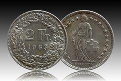 Moneda suiza 2 de Suiza dos de plata del franco 1963 aislada en fondo de la pendiente imagen de archivo libre de regalías
