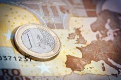 Moneda y billete de banco euro Imagenes de archivo