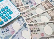 Moneda y calculadora de los yenes japoneses Imagenes de archivo
