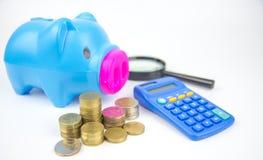 Moneda y calculadora en el plan empresarial para las finanzas Foto de archivo libre de regalías