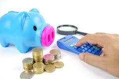 Moneda y calculadora en el plan empresarial para las finanzas Foto de archivo