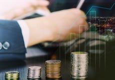 Moneda y gráfico financieros del crecimiento de la bolsa de acción Imagen de archivo
