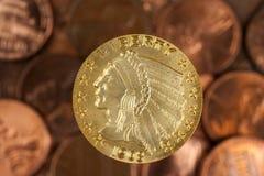 Moneda y peniques de oro Fotografía de archivo