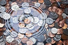 Monedas americanas debajo del agua Foto de archivo