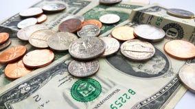 Monedas americanas del cuarto, de la moneda de diez centavos y del penique en dos dólares de fondo de los E.E.U.U. imagenes de archivo