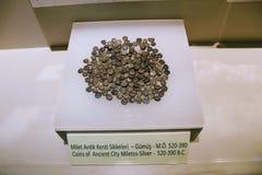 Monedas antiguas de diversas épocas del museo arqueológico Turquía de Alanya imagen de archivo