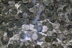 Monedas antiguas de diversas épocas del museo arqueológico Turquía de Alanya foto de archivo