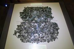Monedas antiguas de diversas épocas del museo arqueológico Turquía de Alanya imagenes de archivo