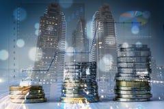 Monedas apiladas con una exposición doble del fondo de la ciudad Imagen de archivo libre de regalías