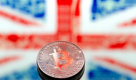 Monedas Bitcoin, en un fondo de Gran Bretaña y de los británicos imágenes de archivo libres de regalías