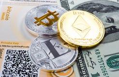 Monedas Bitcoin, Litecoin, y Ethereum en el fondo del billete de dólar Foto de archivo