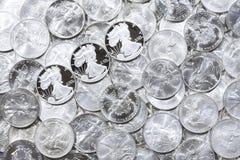 Monedas brillantes de plata Fotos de archivo libres de regalías