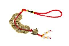 Monedas chinas antiguas con las cadenas rojas. Fotografía de archivo libre de regalías