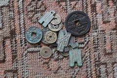 Monedas chinas antiguas en la alfombra de Okd Foto de archivo libre de regalías
