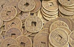 Monedas chinas antiguas en una pila Imagenes de archivo