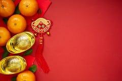 Monedas chinas de la suerte o lingotes chinos del nudo y chinos del oro Imágenes de archivo libres de regalías
