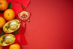 Monedas chinas de la suerte o lingotes chinos del nudo y chinos del oro Foto de archivo libre de regalías