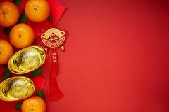 Monedas chinas de la suerte o lingotes chinos del nudo y chinos del oro Imagen de archivo libre de regalías