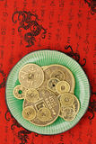 Monedas chinas del shui del feng en una placa Fotografía de archivo
