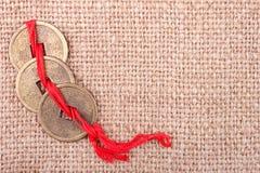 Monedas chinas en el fondo de la arpillera Foto de archivo libre de regalías