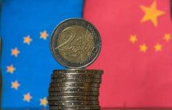 Monedas chinas y europeas del euro de las banderas Imagen de archivo libre de regalías