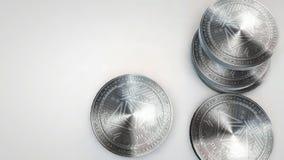 Monedas clásicas del ethereum de plata que caen en el fondo blanco libre illustration