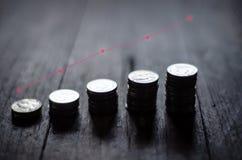 Monedas colocadas en filas imagenes de archivo