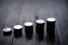 Monedas colocadas en filas y peque?os ?rboles fotos de archivo libres de regalías