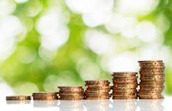 Monedas con el fondo verde del bokeh Fotografía de archivo libre de regalías