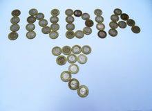 Monedas con la pequeña planta en el fondo blanco Imagen de archivo