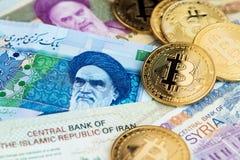 Monedas de Bitcoin Cryptocurrency en billetes de banco iraníes y sirios imágenes de archivo libres de regalías