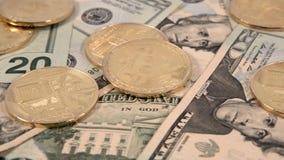 Monedas de Bitcoin en la diapositiva 4k de los billetes de dólar $20 de Estados Unidos los E.E.U.U. veinte metrajes