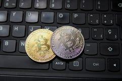 Monedas de Bitcoin en un teclado fotos de archivo libres de regalías